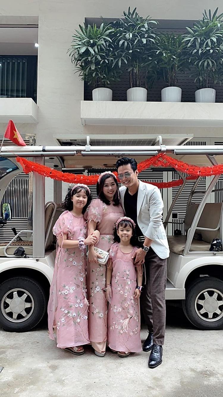 Hồng Đăng cùng bà xã và các con đi ăn cưới em vợ.