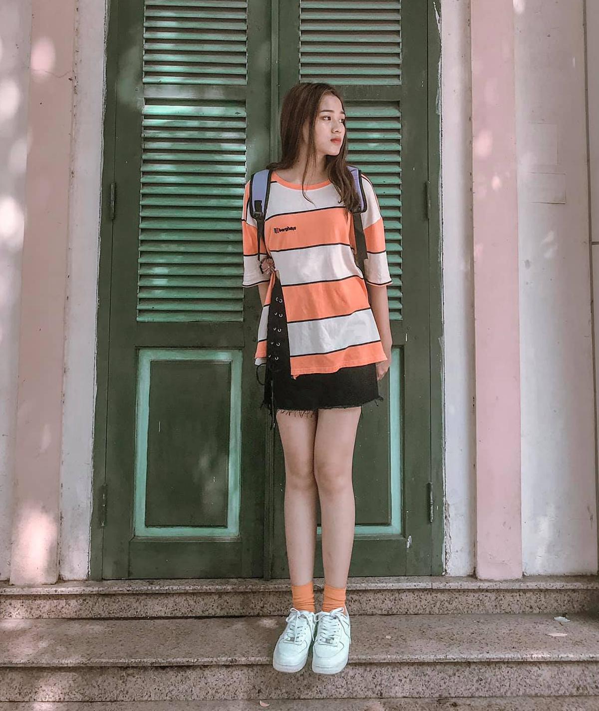 Tuy mặc đồ đơn giản, Đỗ Hà cũng biết cách tạo điểm nhấn để trang phục nổi bật hơn. Khi diện áo phông cam, cô khéo mix cùng đôi tất tông xuyệt tông màu sắc.