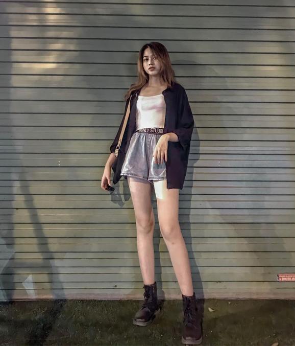 Quần shorts, váy ngắn tôn lợi thế chiều cao được cô khai thác triệt để.