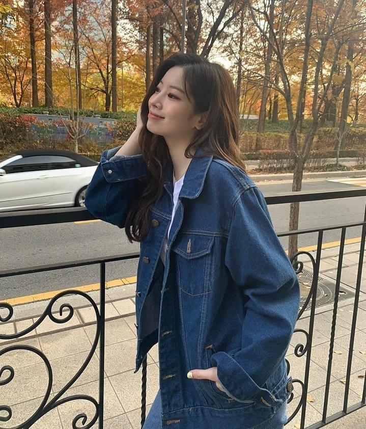 Da Hyun đóng bộ quần jeans, áo khoác denim ra phố mùa thu.