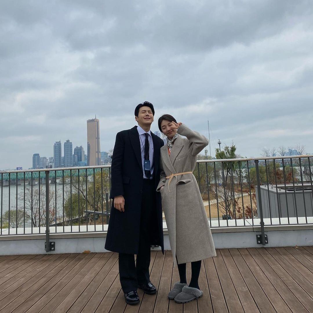 Kim Seon Ho đăng ảnh chụp cùng Suzy khi phim Start up đóng máy. Anh chàng mặt méo xệch buồn phát khóc bên Suzy vui tươi.