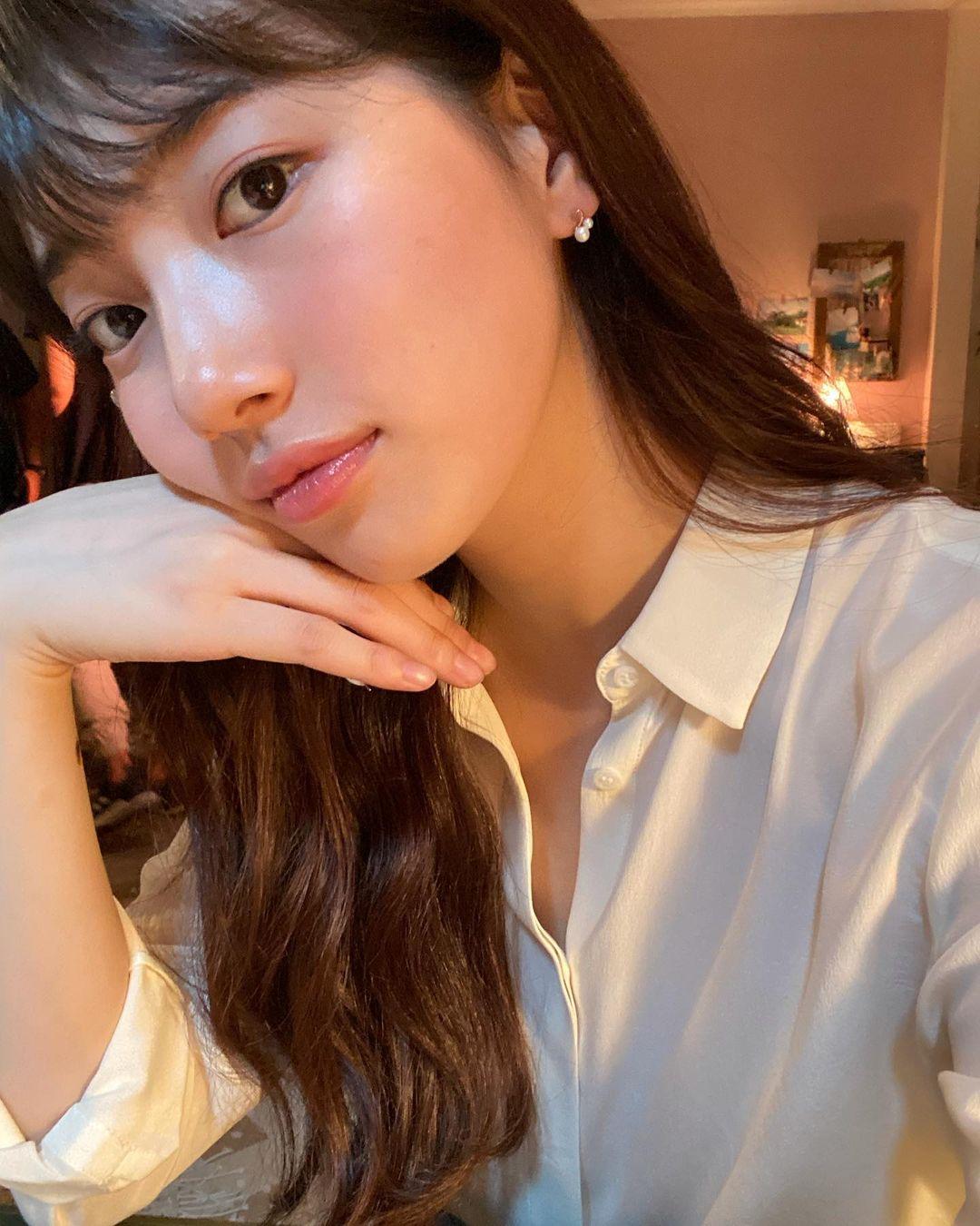 Suzy khoe làn da căng mịn trong ảnh chụp cận.