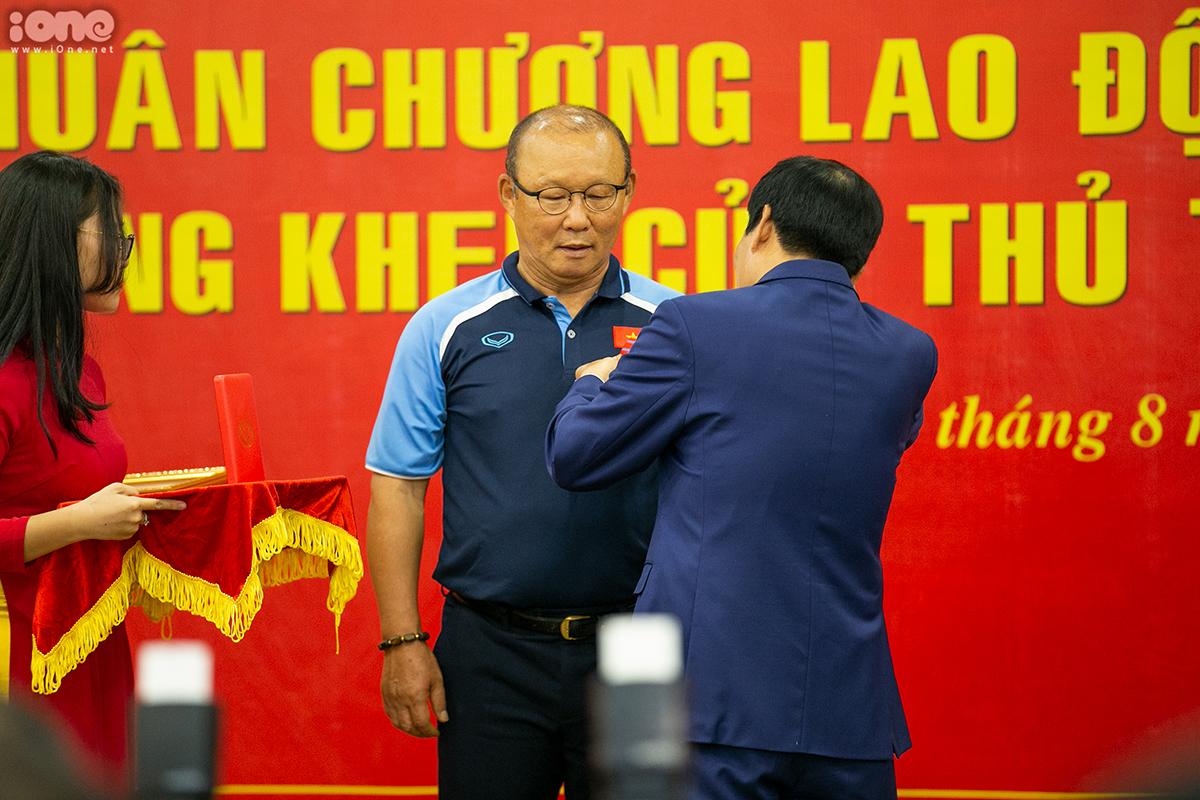 Bộ trưởng Văn hóa, Thể thao và Du lịch Nguyễn Ngọc Thiện trao Huân chương cho HLV Park Hang-seo.