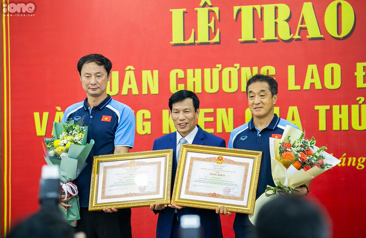 Trợ lý Lee Young-jin và Kim Han-yoon cũng được trao bằng khen của Thủ tướng Chính phủ.
