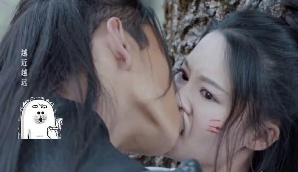 Cảnh hôn gây chú ý trong phim.