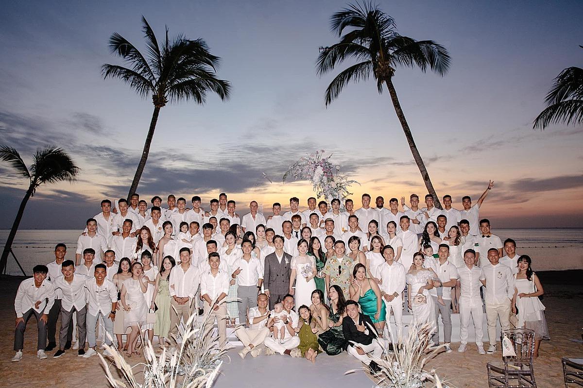 Toàn bộ bạn bè, đồng nghiệp thân thiết chụp ảnh lưu niệm cùng cô dâu chú rể tại Phú Quốc.