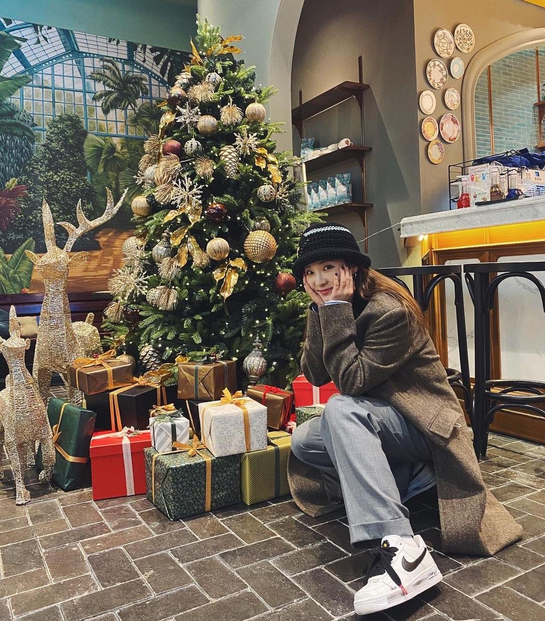 Dara tíu tít chụp hình đi chơi Giáng sinh sớm.