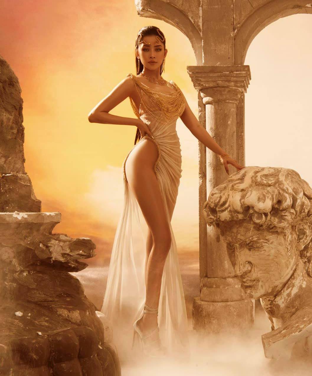 Trong bộ ảnh mới hợp tác cùng NTK Đỗ Long, Chi Pu quyến rũ với hình tượng nữ thần. Diện bộ đầm với kiểu dáng ôm sát vòng hai, xẻ cao đến tận hông, nữ ca sĩ khoe đôi chân dài thon thả, vóc dáng quyến rũ như tượng tạc.
