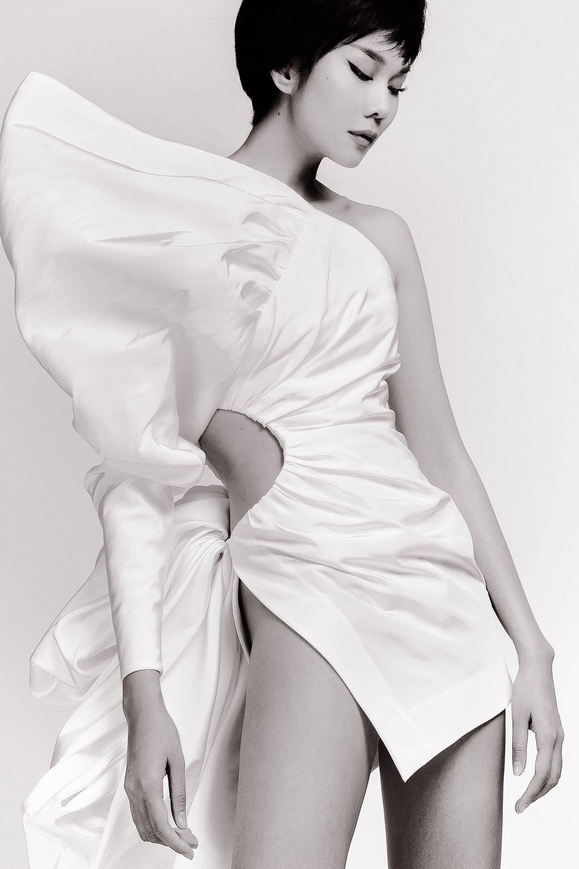 Chiếc váy của NTK Công Trí không chỉ ngắn cũn cỡn mà còn xẻ cao, chỉ vừa đủ che chắn chỗ nhạy cảm.