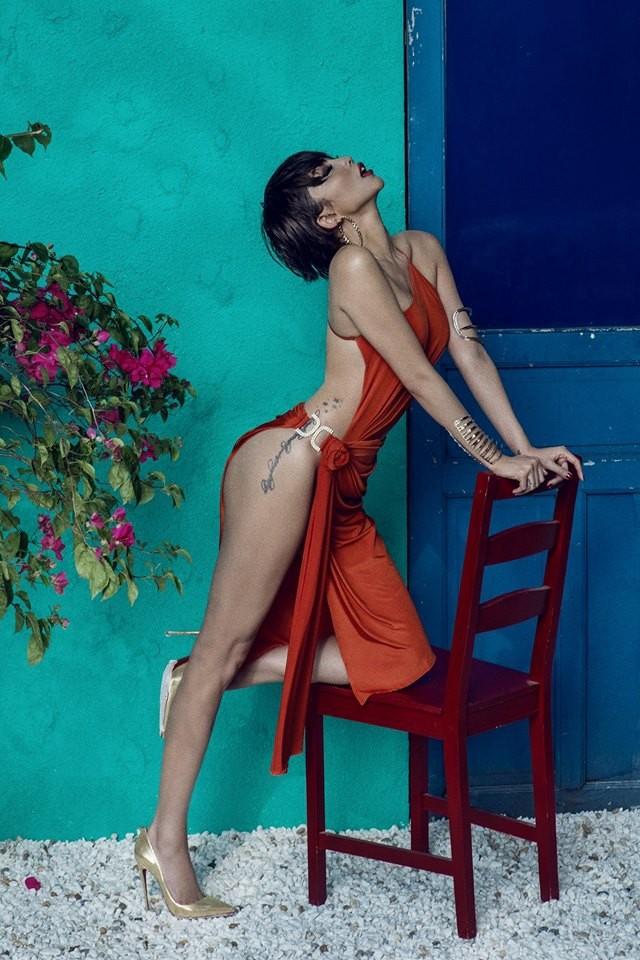Chiếc váy của Tóc Tiên có kiểu dáng đầy khiêu khích, chỉ che phần hông bằng chi tiết kim loại rất mỏng manh. Bộ đầm giúp nữ ca sĩ khoe trọn vẹn đường cong và hình xăm đầy sexy ở đùi.