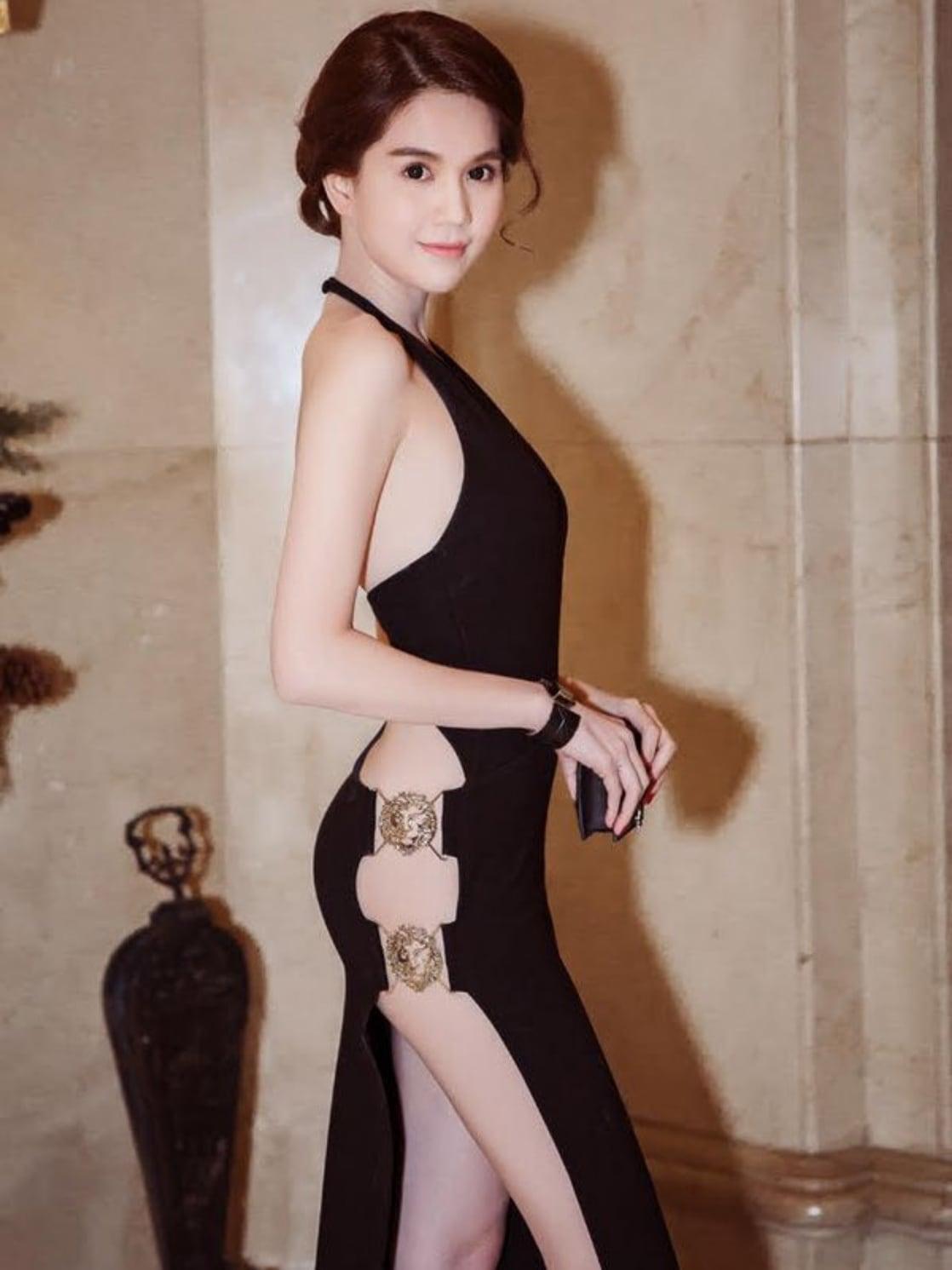 Ngọc Trinh là chủ nhân của bộ váy hiểm hóc bậc nhất thảm đỏ Vbiz, đến nay vẫn hiếm có ai vượt qua. Thiết kế hở mạn sườn, giúp chân dài phô diễn đường cong hoàn hảo.