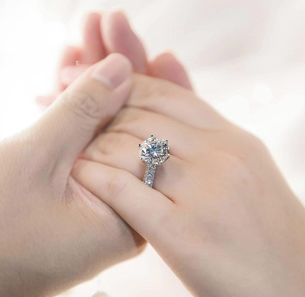 Phan Thành khoe nhẫn kim cương toát ra mùi tiền khi cầu hôn Primmy Trương.