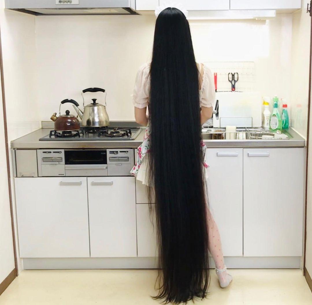 Tóc dài hơn cả chiều cao của cô gái.
