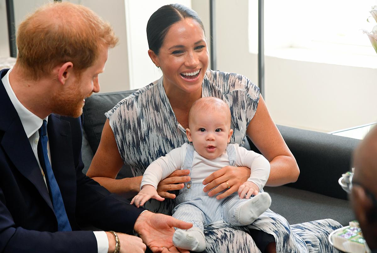 Hoàng tử Harry và Meghan đưa con trai Archie đến gặp Đức Tổng giám mục Desmond Tutu trong chuyến công du Nam Phi năm ngoái.