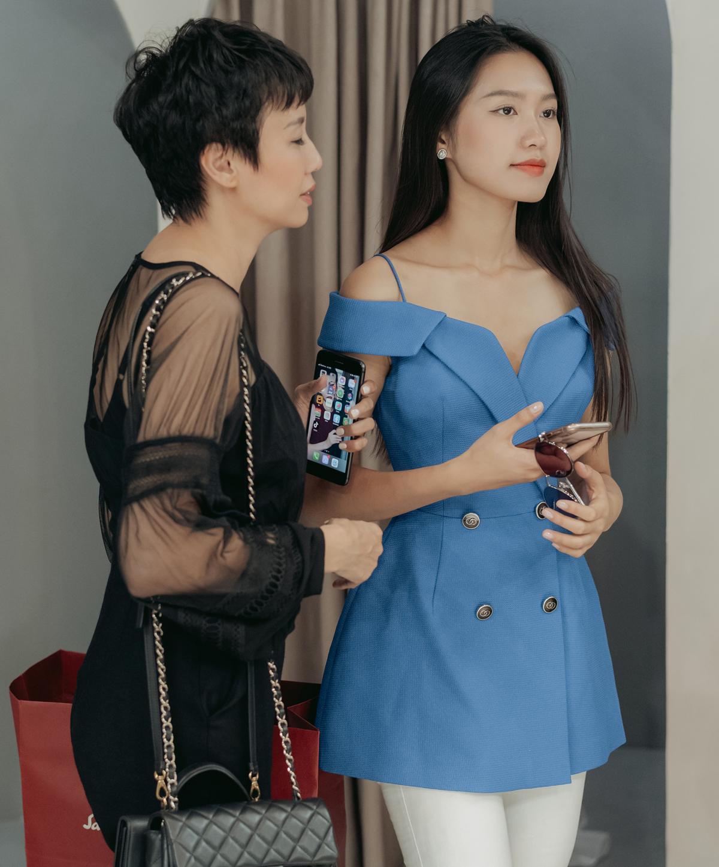 Chiều nay, Top 10 Hoa hậu Việt Nam 2020 Doãn Hải My được mẹ đưa đến một cửa hàng đồ cưới để thử váy. Xuất hiện tại store, Hải My ăn mặc thanh lịch, trang điểm nhẹ nhàng.