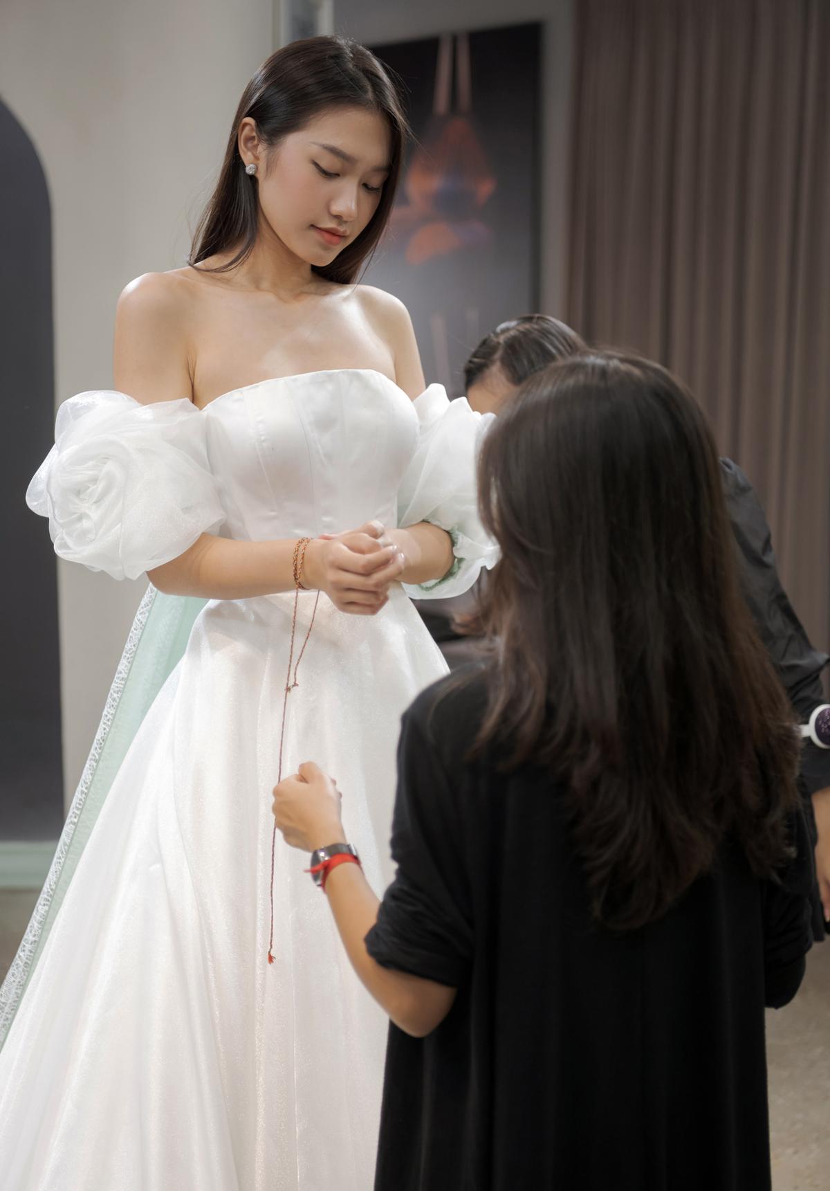 Người đẹp còn thử một mẫu váy dạng quây trễ vai, phù hợp với vóc dáng mảnh mai và vẻ đẹp ngọt ngào.