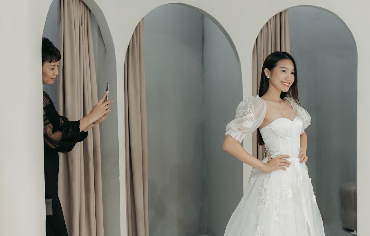 Nhìn con gái bước ra trong bộ váy cưới trắng muốt, mẹ Hải My vui vẻ chụp lại những khoảnh khắc xinh đẹp của con.