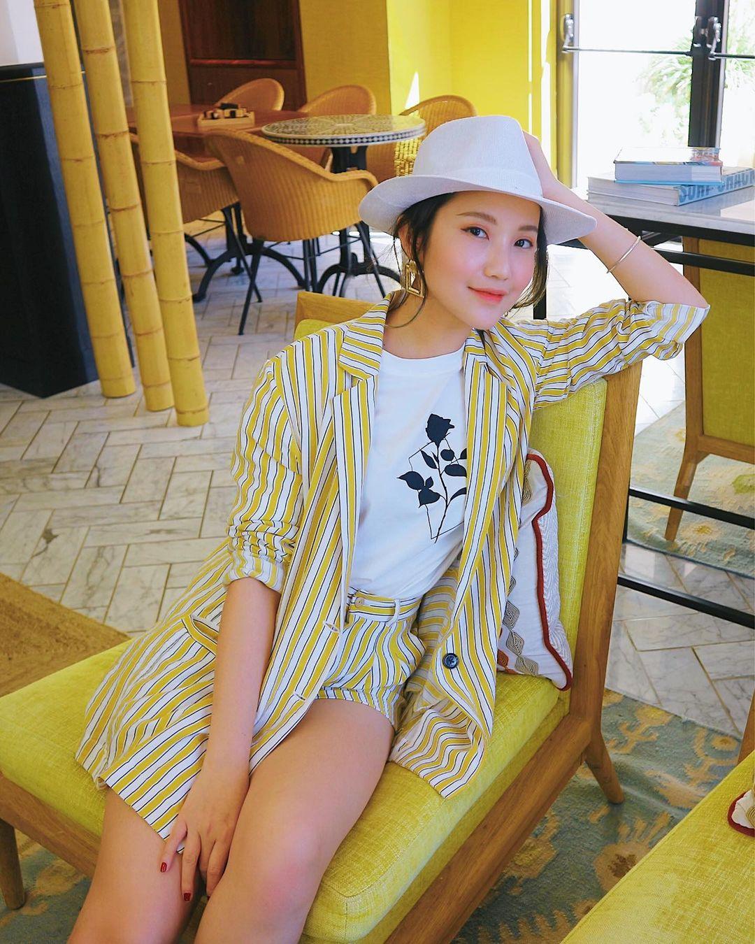 Trên Instagram, người đẹp thường xuyên cập nhật hình ảnh trong những chuyến du lịch, lúc là nước ngoài, lúc ở các resort trong nước. Mỗi lần đi chơi, vợ sắp cưới Phan Thành đều lên đồ đẹp mắt, là nguồn cảm hứng mix đồ cho nhiều bạn trẻ.