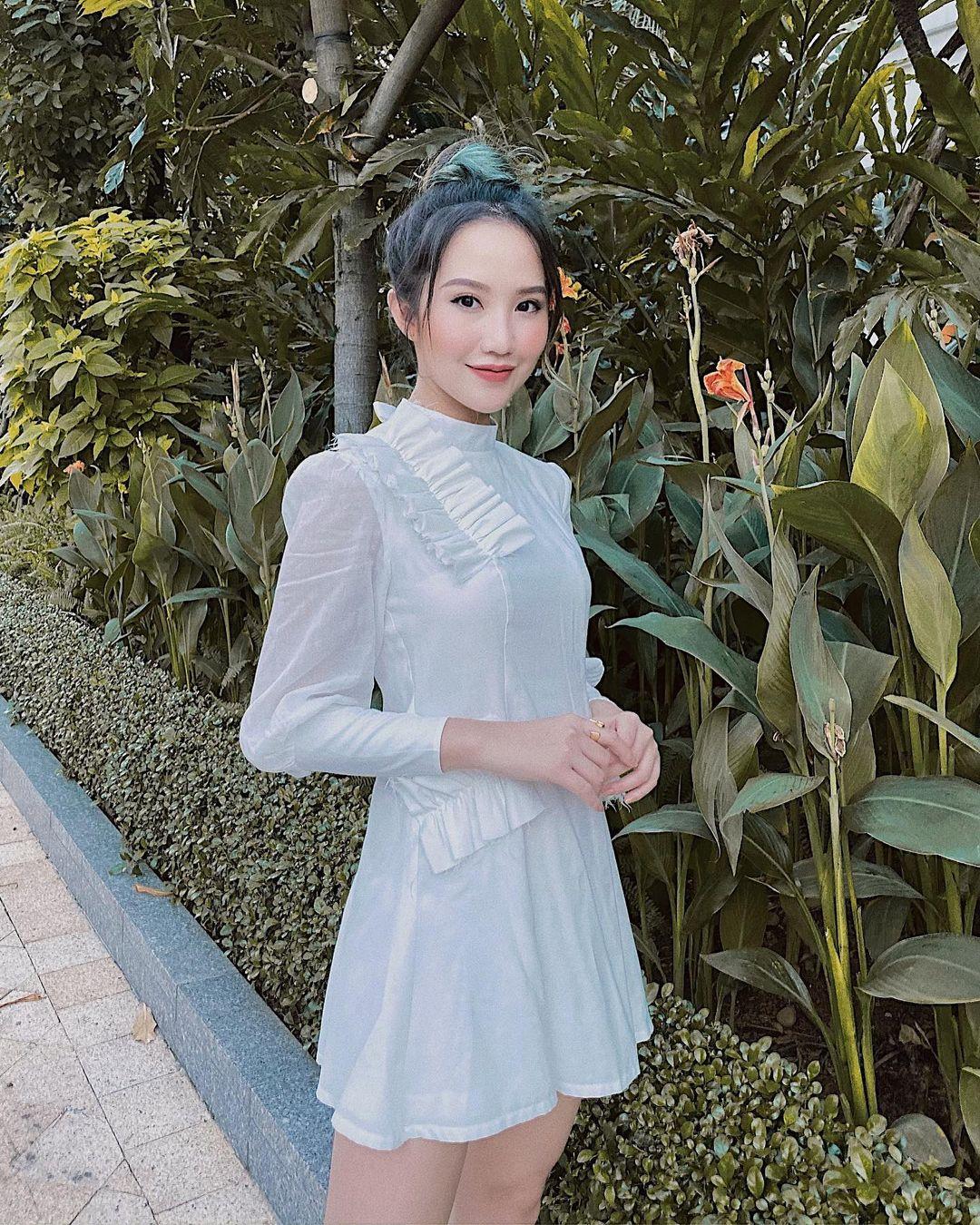 Gu ăn mặc của Primmy hướng đến sự tối giản. Cô thường diện váy liền, hoặc áo váy kết hợp nhẹ nhàng, theo những tông màu đơn sắc, để tôn lên vẻ đẹp trong trẻo.