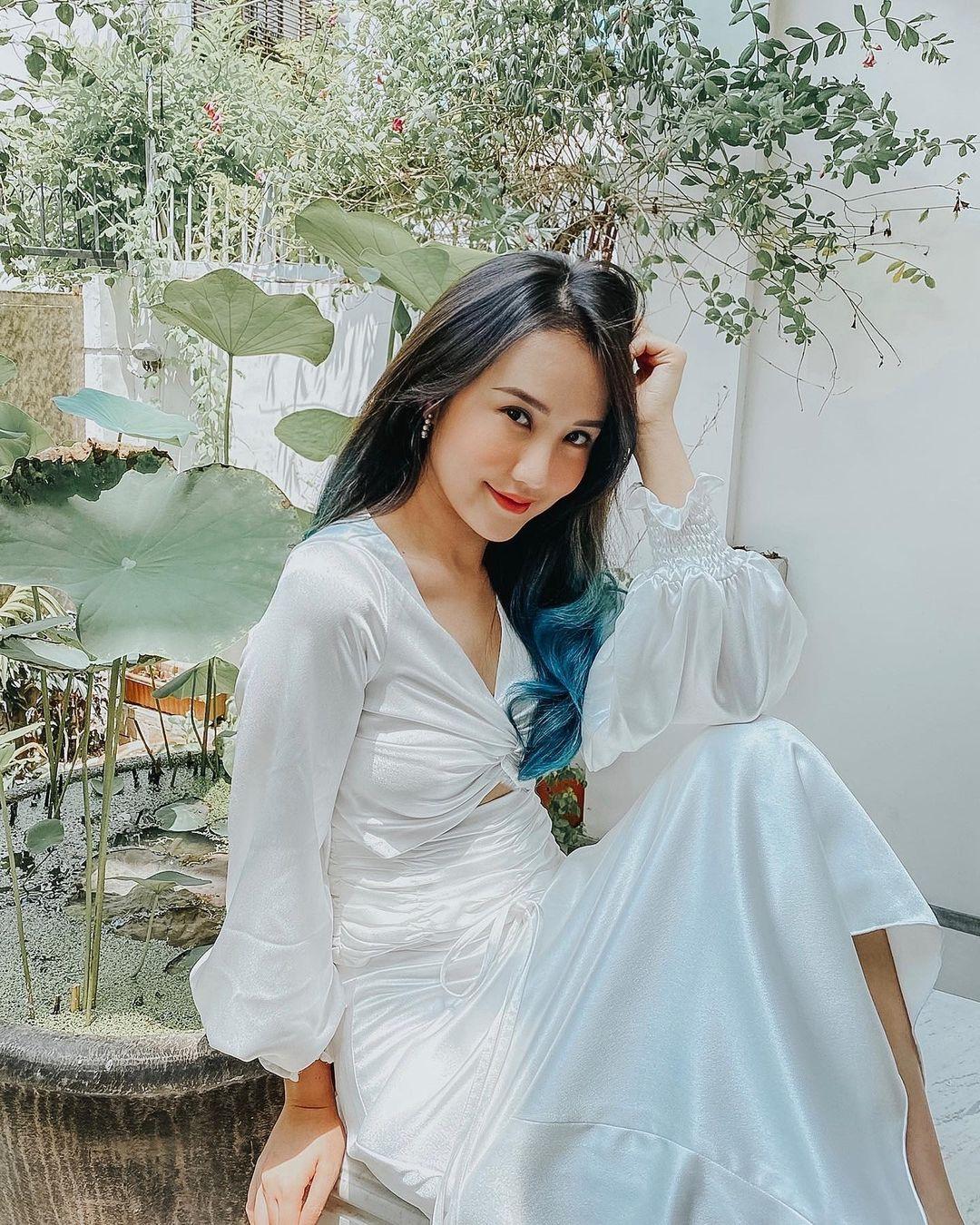 Những gam màu tinh khôi như trắng, be, pastel xuất hiện nhiều trong tủ đồ của nàng beauty blogger.