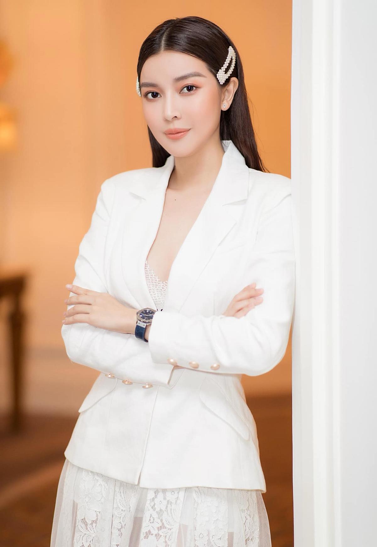 Đối lập hoàn toàn với hình ảnh tươi trẻ khi ra phố, lúc lên thảm đỏ hay tham dự sự kiện, Cao Thái Hà lập tức hóa thành quý cô tuổi 30 đầy sang trọng.
