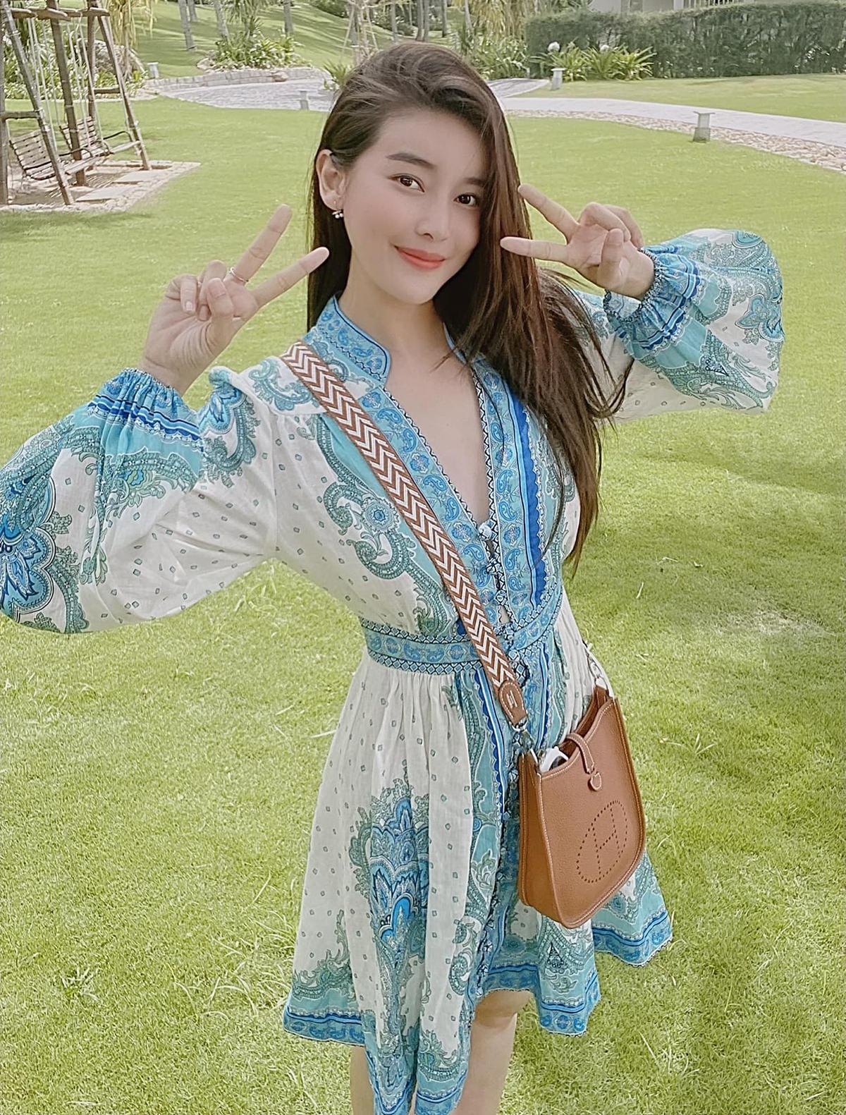 Là quý cô 30 nhưng khi ra phố, Cao Thái hà có phong cách trẻ trung chẳng khác gì thiếu nữ. Trong những bức hình street style, nữ diễn viên được khen vì nhan sắc rạng rỡ, gu ăn mặc không cầu kỳ nhưng rất hack tuổi.