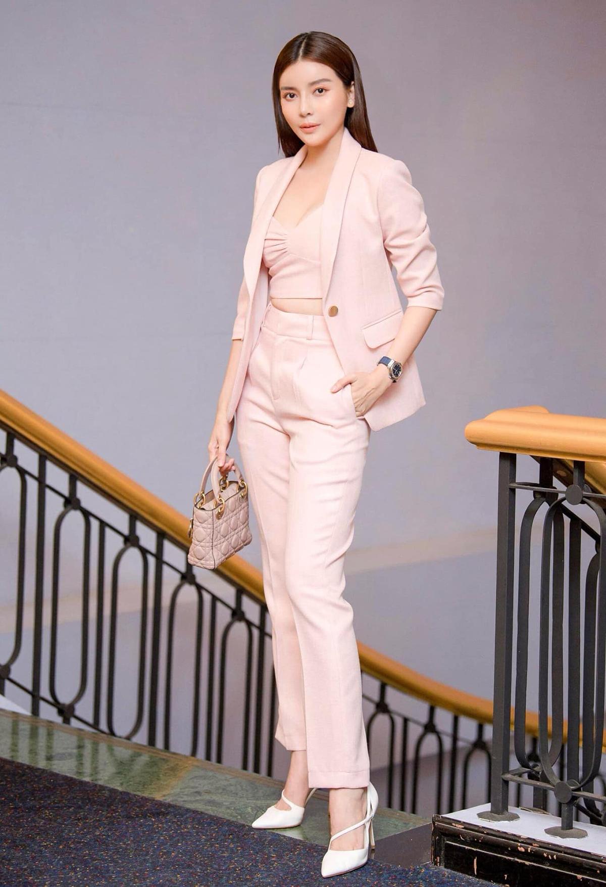 Nữ diễn viên không chuộng váy áo cầu kỳ mà thích diện suit, vest - kiểu trang phục định hình phong cách thành đạt.