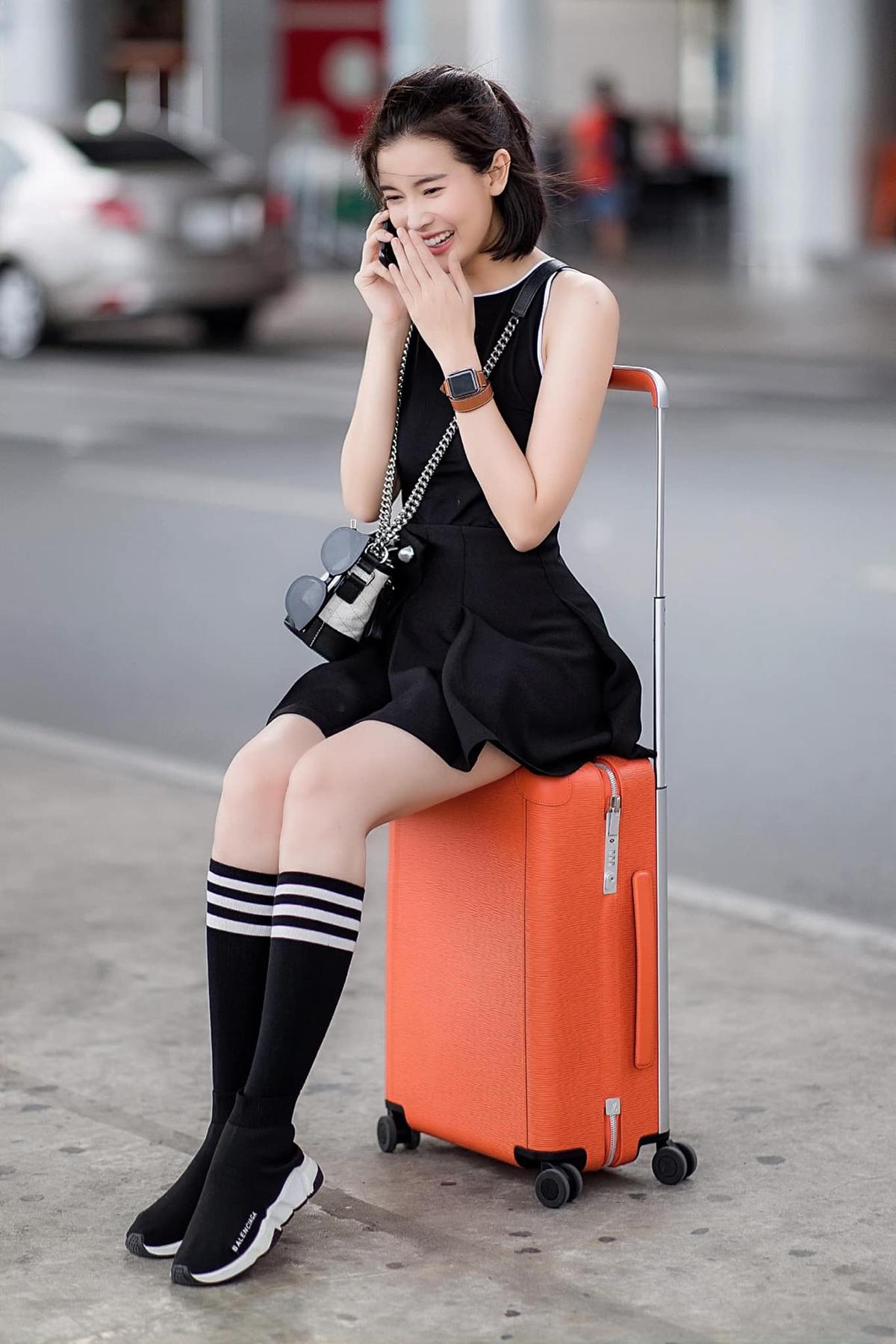 Ở sân bay, Cao Thái Hà lên đồ đẹp mắt. Cách mix đồ thoải mái nhưng vẫn khoe vóc dáng giúp cô trẻ trung hơn nhiều so với tuổi.