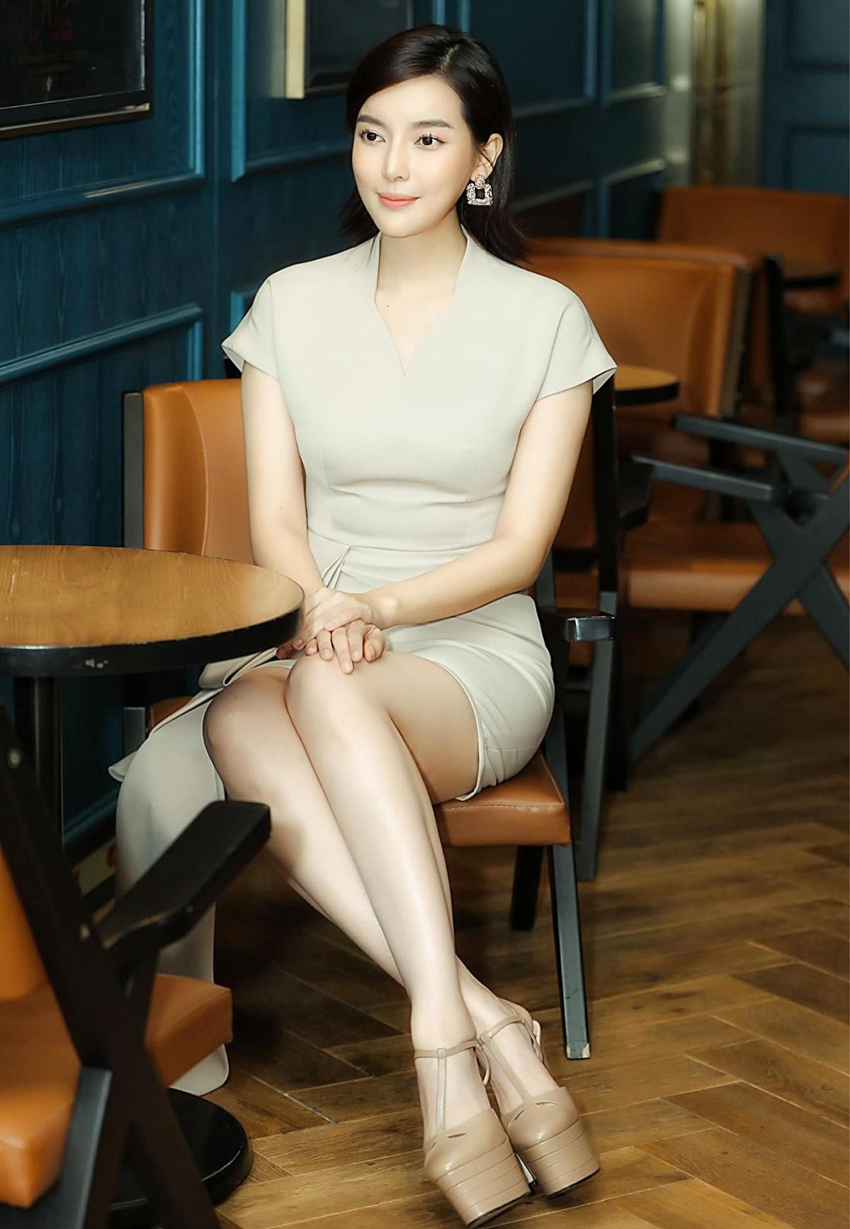 Ngoài suit hay váy giả vest, Cao Thái Hà còn thích những chiếc đầm cocktail với kiểu dáng kín đáo, khoe khéo vóc dáng.
