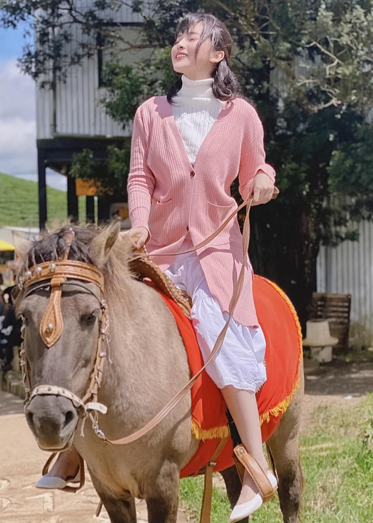 Những tông màu xinh xắn như trắng, hồng được Cao Thái Hà sử dụng nhiều trong đời thường, giúp cô tôn lên làn da trắng hồng.