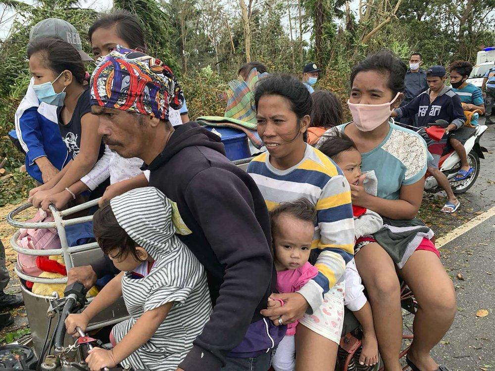 Người dân ở thị trấn Pola, đảo Mindoro, miền trung Philippines nhanh chóng sơ tán đến nơi an toàn.