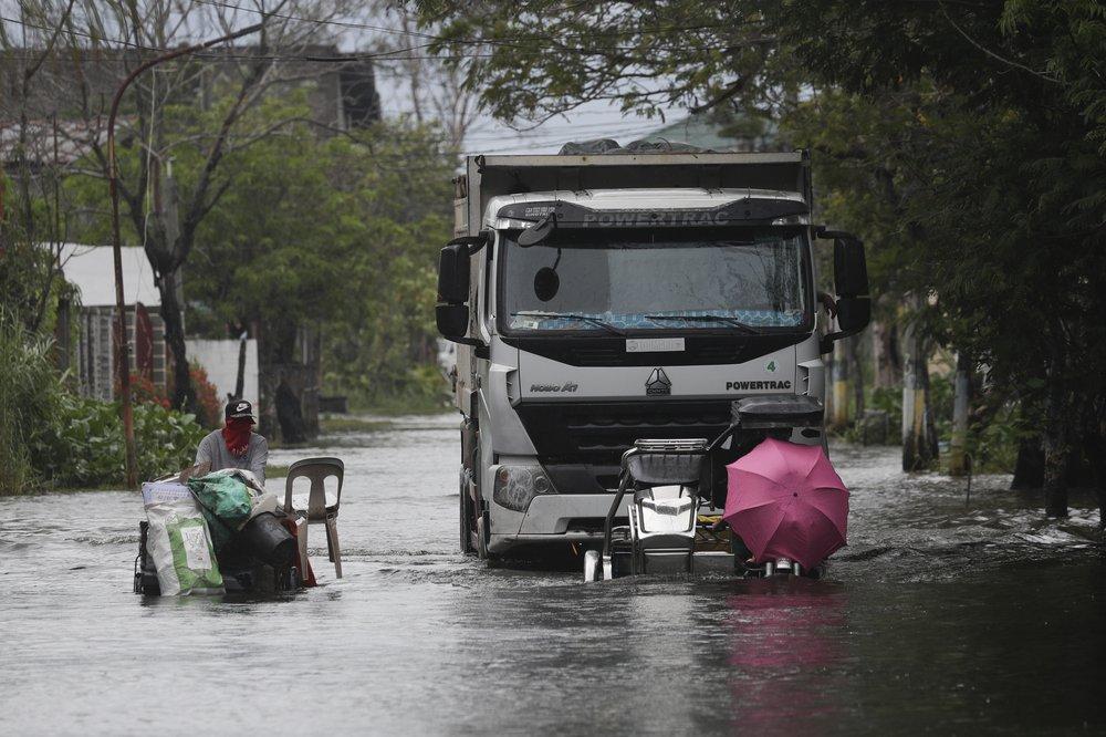 Molave là cơn bão số 17 đổ bộ Philippines trong năm nay, sau cơn bão nhiệt đới Saudel tuần trước gây lụt trên diện rộng ở tỉnh Quezon, vùng Calabarzon, phía đông nam thủ đô Manila khiến gần 6.000 người phải sơ tán. Quốc gia này hứng chịu khoảng 20 cơn bão mỗi năm, cùng với động đất và núi lửa phun trào, khiến nước này trở thành một trong những quốc gia hứng chịu nhiều thảm họa nhất thế giới.