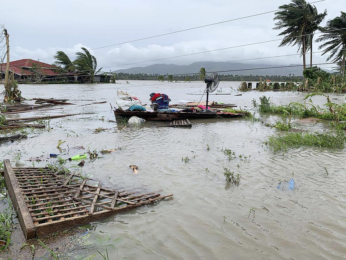 Cơ quan quản lý thảm họa Philippines cho biết, bão Molave đạt sức gió 125 km/h và giật 150 km/h, tấn công đảo Luzon nước này vào đêm 25/10. Mưa lớn gây lụt nghiêm trọng khiến hàng chục nghìn người phải sơ tán.
