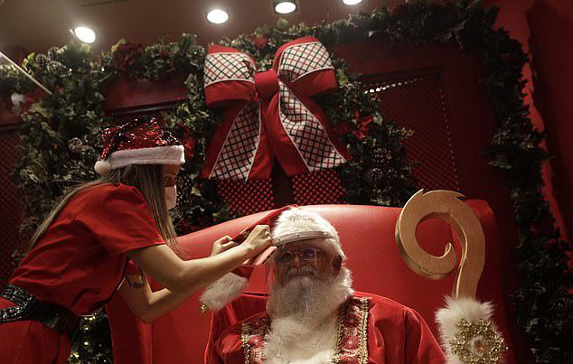 Ông già Noel cũng hóa trang chỉn chu trước khi lên hình.