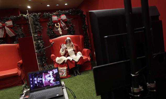 Ông già Noel trong buổi phát trực tiếp tại trung tâm thương mại ở Rio de Janeiro.