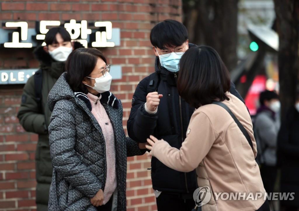 Người thân đưa con đến trường trung học ở Seoul vào ngày 3/12 để dự kì thi đại học. Ảnh: Yonhap.