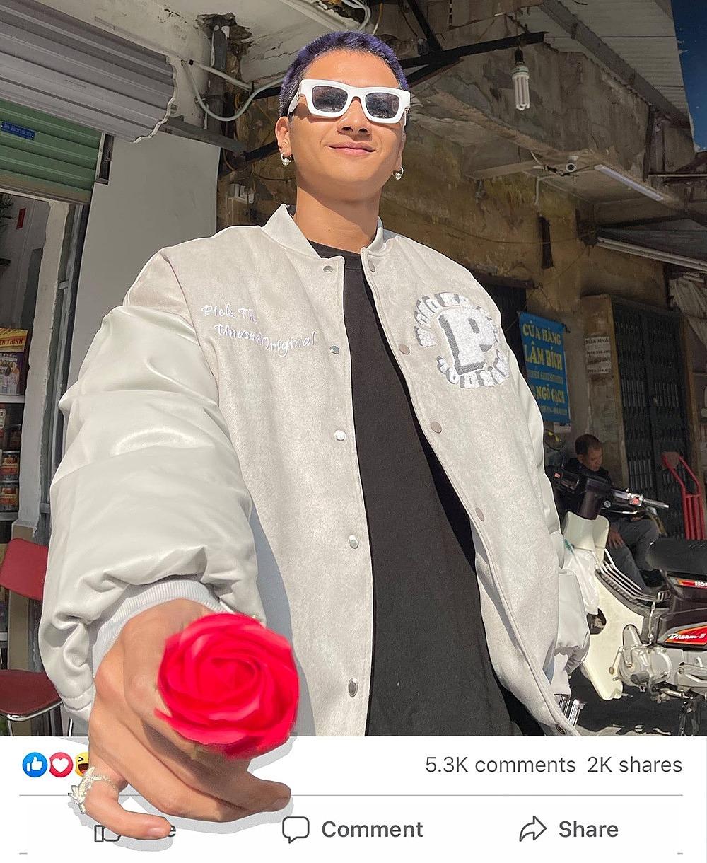 Typh đăng ảnh giơ bông hoa đỏ, viết caption: Nè vào đúng ngày sinh nhật Min.