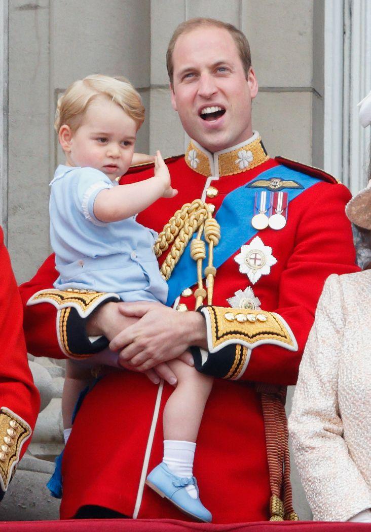 Hoàng tử William bế Hoàng tử George trên ban công của Cung điện Buckingham.