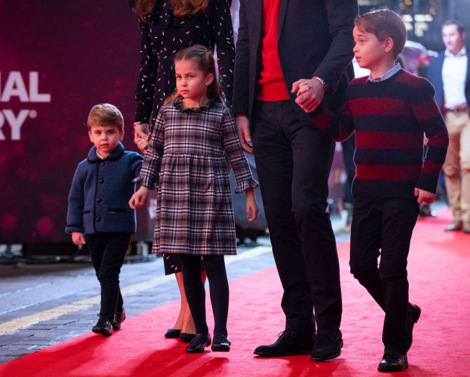 Hoàng tử Louis mặc quần dài khi xuất hiện cùng với  Công chúa Charlotte, Hoàng tử George. Ảnh: AFP.