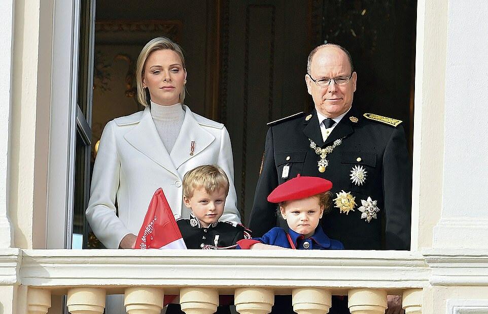 Vương phi Charlene, Thân vương Albert cùng hai con sinh đôi, Hoàng tử Jacques và công chúa Gabriella.