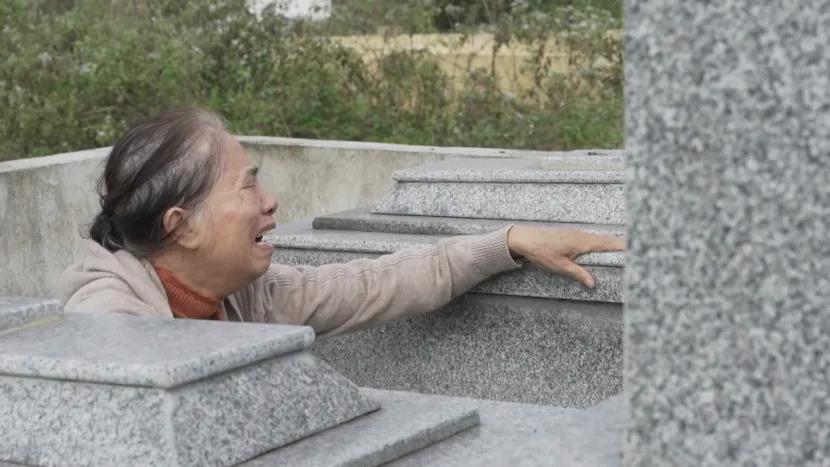 Mẹ Vân khóc bên mộ con gái.