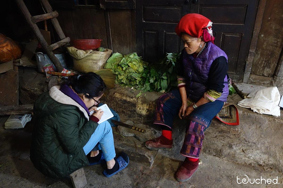 Cô gái trẻ đi khắp các thôn bản để tìm nguyên liệu vải tự nhiên.