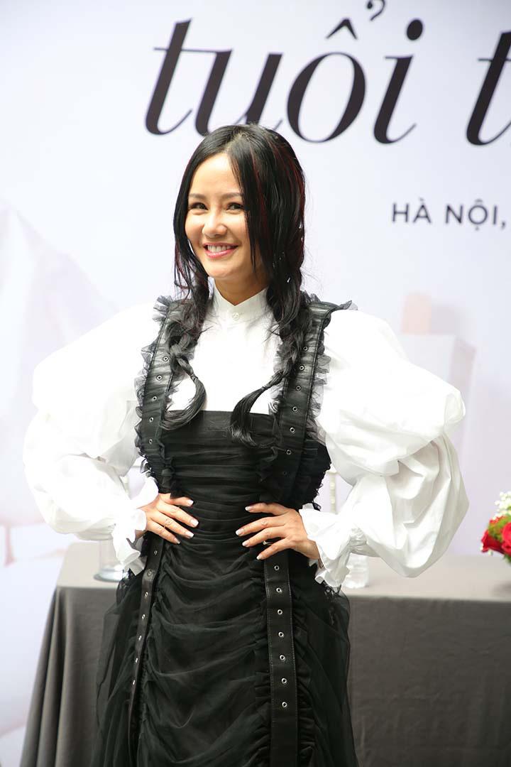 Diva Hồng Nhung giữ được vẻ trẻ trung ở độ tuổi 50.