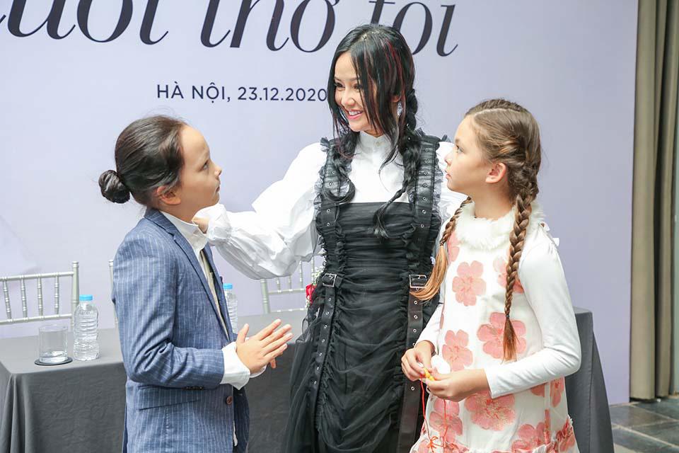 Hồng Nhung bên cạnh hai bé Tôm và Tép.