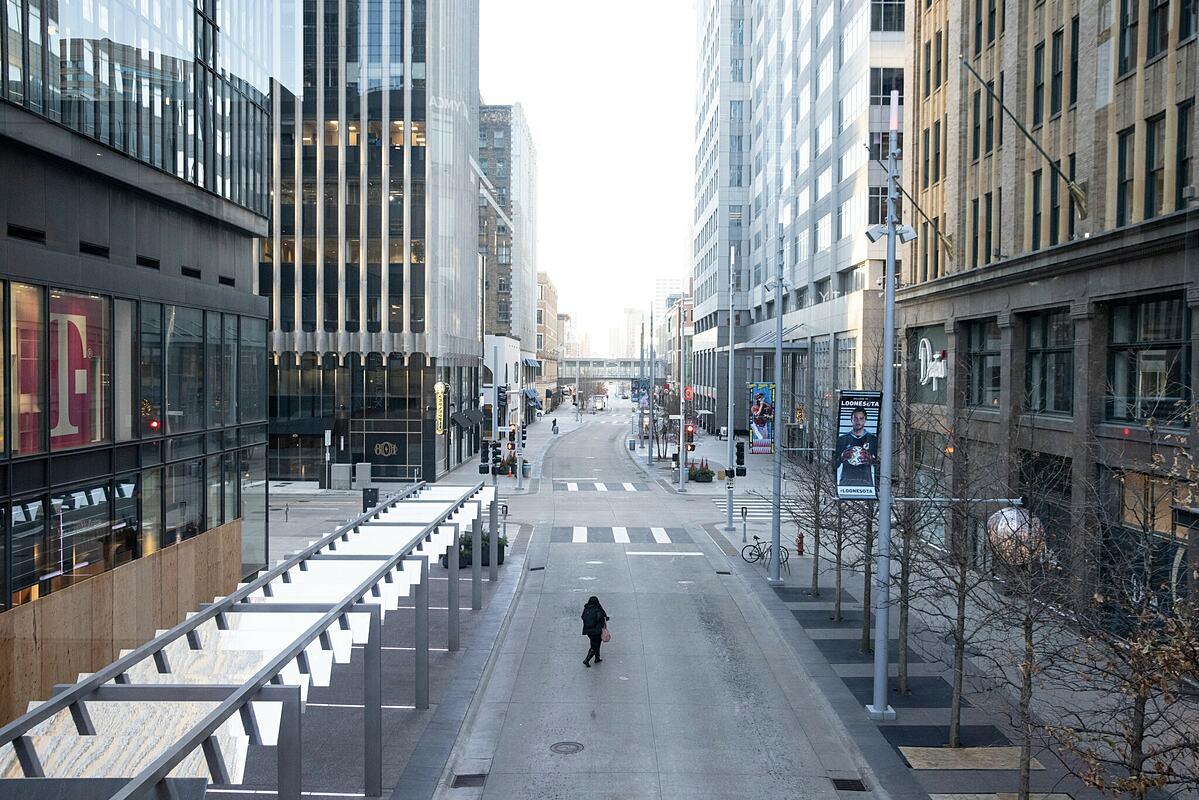 Trung tâm thành phố Minneapolis vắng vẻ dù đang giờ cao điểm, do lệnh hạn chế và mọi người ở nhà vì dịch.
