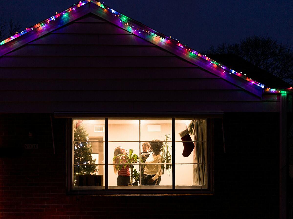 Một gia đình ở Milwaukee, giữ cây thông Noel.
