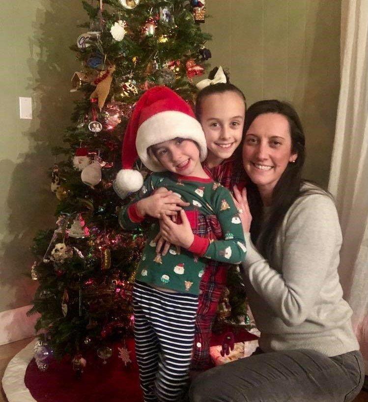 Elizabeth Pruitt cùng các con bên cây thông đã trang trí, nhưng không có quà.