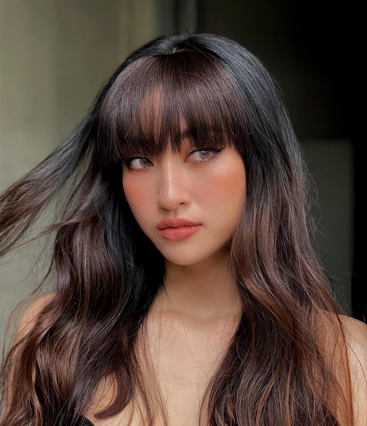 Khi trang điểm với son hồng nude, mỹ nhân Việt thường kẻ eyeliner đậm và nhấn mạnh tay hơn ở phần má, gương mặt vì vậy không bị nhạt nhòa, nhợt nhạt.