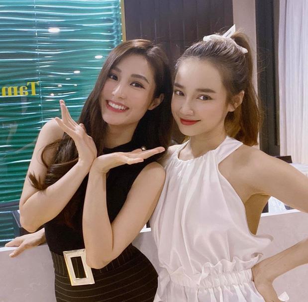 Nhiều sao Việt cũng học hỏi kiểu làm đẹp này của Jennie. Nhã Phương dùng một đoạn ruy băng ngắn để tạo thành chiếc nơ nhỏ xinh trên mái tóc.