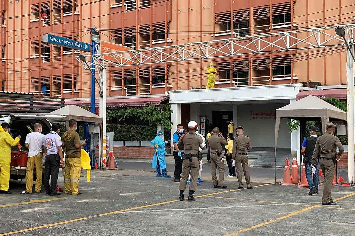 Cảnh sát, nhân viên cứu hộ có mặt tại hiện trường vụ việc, khách sạn Patra ở quận Bang Kapi, Bangkok, hôm 27/12. Ảnh: Bangkok Post.